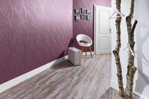 Moderne Wandgestaltung mit Holzfußboden